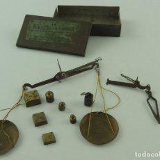 Antigüedades: IMPRESIONANTE BALANZA DE PRECISIÓN DE FARMACIA O JOYERÍA, CON JUEGO DE PESAS. Lote 181565765