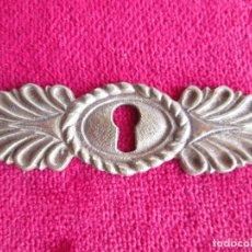 Antigüedades: EMBELLECEDOR DE BRONCE PARA RESTAURAR MUEBLE ANTIGUO - OJO DE CERRADURA. Lote 181567542