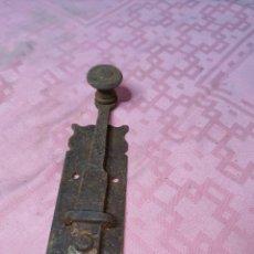Antigüedades: PASADOR O CERROJO DE HIERRO. Lote 181585716