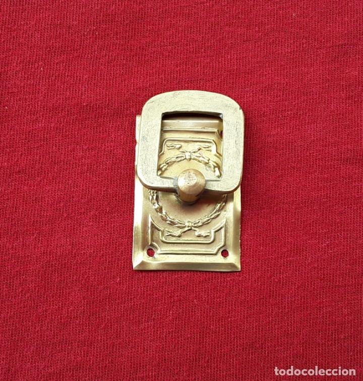 Antigüedades: Tirador latón y bronce dorado,estilo imperio. 4 x 3 cm. Años 30, Perfecto estado - Foto 2 - 181882016