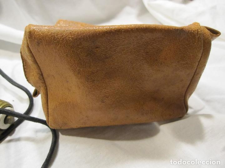 Antigüedades: PEQUEÑA PLANCHA DE VIAJE. 110/250 V. 8 X 10 X 5 CM, CON ENCHUFE DE PORCELANA. BOLSA DE CUERO - Foto 8 - 181985788