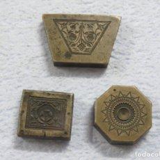 Antigüedades: LOTE DE TRES PONDERALES ANTIGUOS DEL SIGLO XVIII HECHOS EN BRONCE CON DIBUJOS CINCELADOS. Lote 182201070