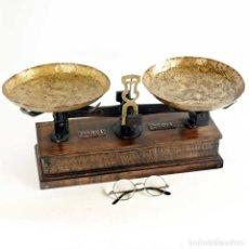 Antigüedades: RARA BALANZA BASE MADERA POSTGUERRA ESPAÑOLA. 10KG. Lote 182268410