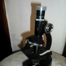 Antigüedades: PEQUEÑO MICROSCOPIO 100 / 300 / 600 - BAQUELITA - 18,5 CM DE ALTO. Lote 182372493