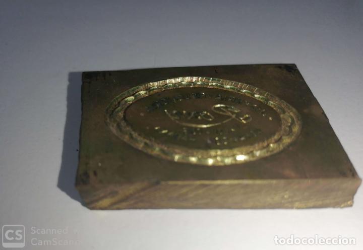 Antigüedades: CUBA. PRE REVOLUCION. LA HABANA. SELLO DE BRONCE. JOYERIA ROXU. MEDIDAS : 3.5 X 4.5 CM APROX. - Foto 2 - 182374597
