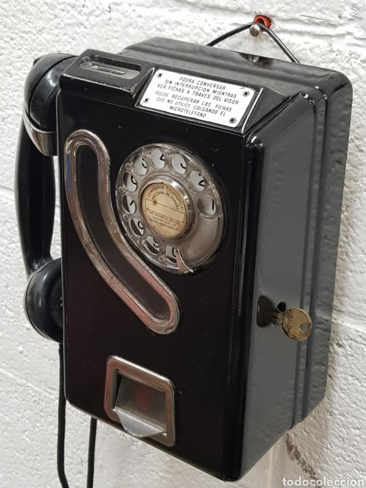 ANTIGUO TELÉFONO DE FICHAS CABINA TELEFÓNICA AÑOS 50 (Antigüedades - Técnicas - Teléfonos Antiguos)