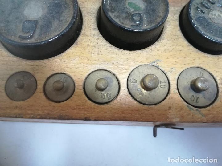Antigüedades: CAJA CON PESAS CON DIFERENTES MEDIDAS. 200GR, 250GR, 100GR, 125GR Y GRAMOS. VER FOTOS - Foto 2 - 182464488