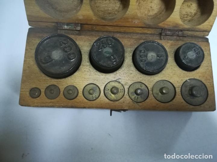 Antigüedades: CAJA CON PESAS CON DIFERENTES MEDIDAS. 200GR, 250GR, 100GR, 125GR Y GRAMOS. VER FOTOS - Foto 7 - 182464488