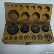 Antigüedades: CAJA CON PESAS CON DIFERENTES MEDIDAS. 200GR, 250GR, 100GR, 125GR Y GRAMOS. VER FOTOS. Lote 182464488