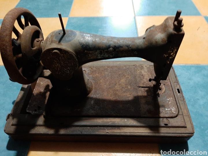 Antigüedades: Singer de mano a restaurar ANTIGÜEDADES ETNOGRAFÍA GALLEGA COLISEVM - Foto 2 - 182480501