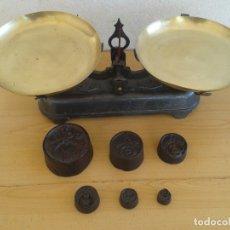 Antigüedades: BALANZA BASCULA PESAS 5 KILOS Y SUS PESAS. Lote 176035890