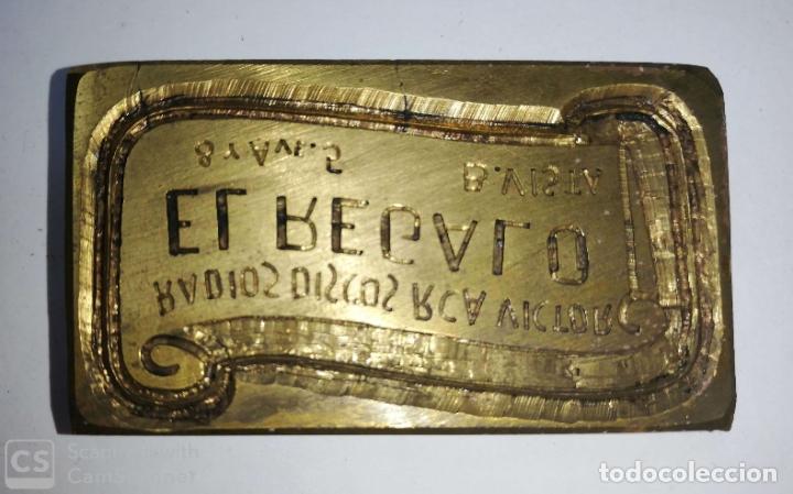 Antigüedades: CUBA. PRE REVOLUCION. SELLO DE BRONCE. RADIOS, DISCOS, RCA EL REGALO. MED : 5.5X 3.5 CM APROX. - Foto 2 - 182564671