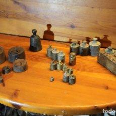 Antigüedades: LOTE DE PESAS PARA BASCULAS ,DE BRONCE Y HIERRO. Lote 182600407