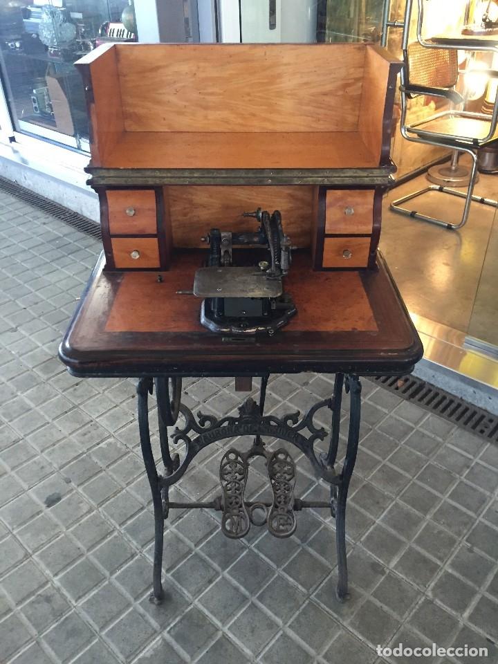ANTIGUA MAQUINA DE COSER AURORA DE ESCUDER DEL AÑO 1862 (Antigüedades - Técnicas - Máquinas de Coser Antiguas - Otras)