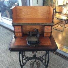 Antigüedades: ANTIGUA MAQUINA DE COSER AURORA DE ESCUDER DEL AÑO 1862. Lote 182608320