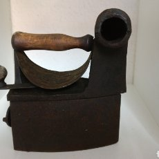 Antigüedades: PLANCHA DE HIERRO ANTIGUA DE BRASAS CON MANGO DE MADERA. Lote 182678778