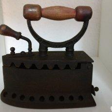 Antigüedades: PLANCHA DE HIERRO ANTIGUA DE BRASAS CON MANGO DE MADERA. SIGLO XIX.. Lote 182680350