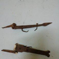 Antigüedades: DOS BISAGRAS DE FORJA. Lote 182681762
