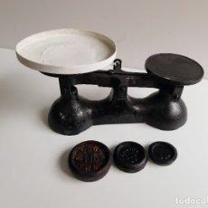 Antigüedades: BALANZA Y O BASCULA METAL HIERRO CON PESOS - 31.CM LARGO X 17,CM ALTO APROX. Lote 182756780