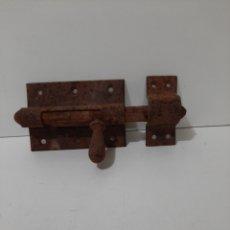 Antiquités: ANTIGUO CERROJO DE HIERRO, PESTILLO. GRANDE, CON SU PUENTE. FUNCIONA BIEN.. Lote 182774690