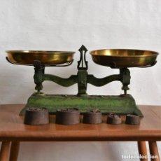 Antigüedades: ANTIGUA BALANZA 5KG DE HIERRO DOS PLATOS EN LATÓN * INCLUYE 5 PESOS * 40CM. Lote 182885883