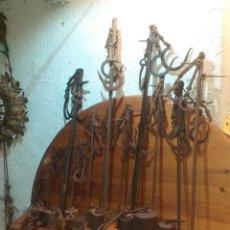 Antigüedades: GRAN LOTE DE 15 BASCULAS ROMANAS Y PESAS VARIOS TAMAÑOS MEDIDAS EPOCAS FORJADAS. Lote 183077273