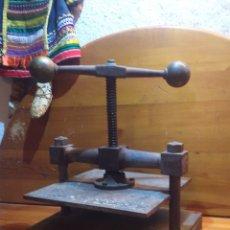 Antigüedades: PRENSA DE LIBROS DE HIERRO Y BOLAS DE LATON. Lote 183295950