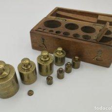 Antigüedades: JUEGO DE PESAS BRONCE DE BALANZA JOYERIA EN SU CAJA ORIGINAL , OFERTA. Lote 183312025