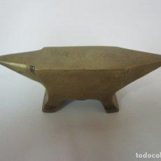 Antigüedades: PEQUEÑO YUNQUE ANTIGUO DE JOYERO - BRONCE - PESO 199 GR. Lote 183316172