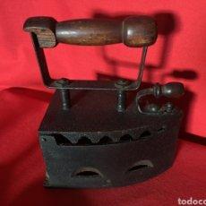 Antigüedades: PLANCHA DE CARBÓN CON ASA DE MADERA.. Lote 183399852