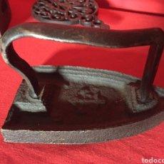 Antigüedades: PLANCHA MUY ANTIGUA CON ANCLA. SOBRE BASE.. Lote 183400237