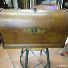 Antigüedades: TAPA PROTECTORA MAQUINA DE COSER SINGER - MADERA SIN POLILLA, BUENE ESTADO + INFO.. Lote 183411025