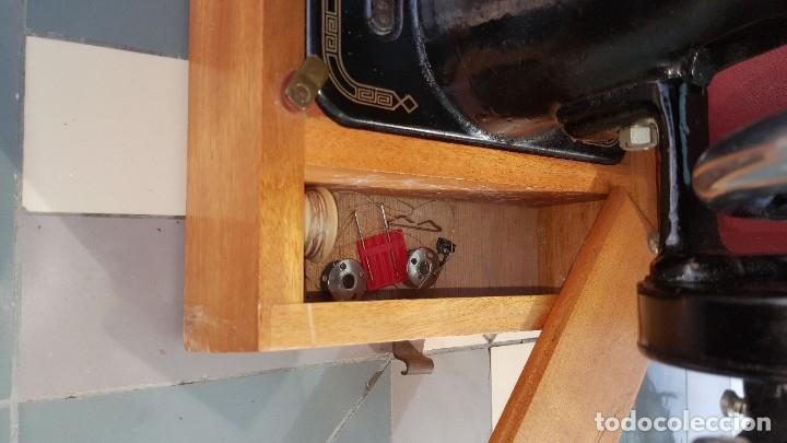 Antigüedades: Máquina de coser Singer antigua año 1920, cose bien - Foto 9 - 183480673
