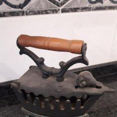 Antigüedades: ANTIGUA PLANCHA DE HIERRO FUNDIDO. Lote 183487652