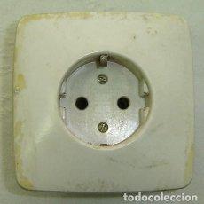 Antigüedades: ENCHUFE DE PARED STANDARD - MEDIDA 8*8 CMS.. Lote 183500930