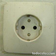 Antigüedades: ENCHUFE DE PARED STANDARD - MEDIDA 8*8 CMS.. Lote 183501025