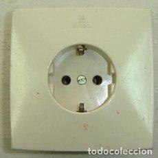 Antigüedades: ENCHUFE DE PARED STANDARD MARCA SIMON-REF. 10-16/250- MEDIDA 8,5*8,5 CMS.. Lote 183501180