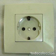Antigüedades: ENCHUFE DE PARED STANDARD MARCA SIMON-REF. 10-16/250- MEDIDA 8,5*8,5 CMS.. Lote 183501572