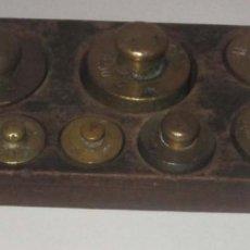 Antigüedades: MUY ANTIGUO JUEGO COMPLETO PESAS DE BRONCE CON PEANA DE MADERA. Lote 183501796
