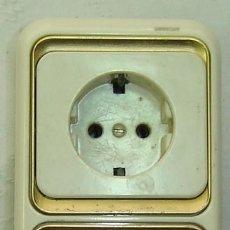 Antigüedades: DOBLE ENCHUFE DE PARED MARCA SIMON CON MARCO DORADO-REF. 10-18/ 250-MEDIDA 8*16 CMS.. Lote 183501985