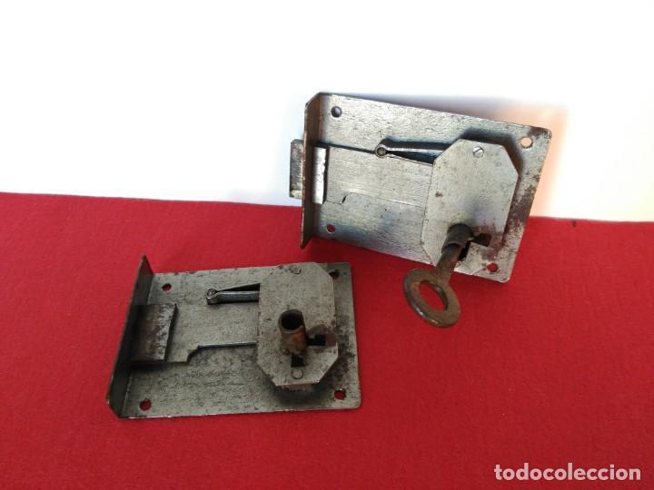 Antigüedades: Lote de dos cerraduras con la misma llave, para cómoda, arcones, etc - Foto 2 - 183618512
