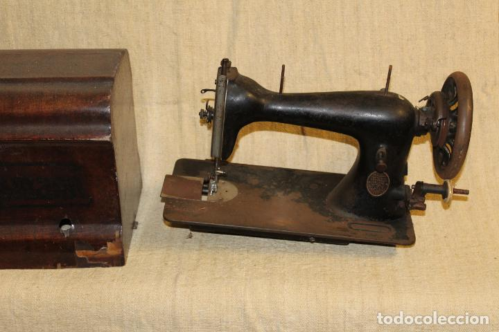 MAQUINA DE COSER CON CAJA (Antigüedades - Técnicas - Máquinas de Coser Antiguas - Frister & Rossmann)