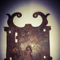 Antigüedades: ESPECTACULAR CERRADURA GÓTICA MEDIEVAL DE GRAN TAMAÑO, EN HIERRO DE FRAGUA.. Lote 183866877
