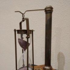 Antigüedades: RELOJ DE ARENA NÁUTICO BASCULANTE CON BASE DE MADERA -MARINO-. Lote 184048706