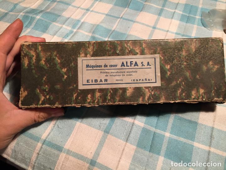 Antigüedades: Antigua caja de cartón de maquinas de coser marca Alfa S.A. Eibar años 40-50 - Foto 2 - 184048857