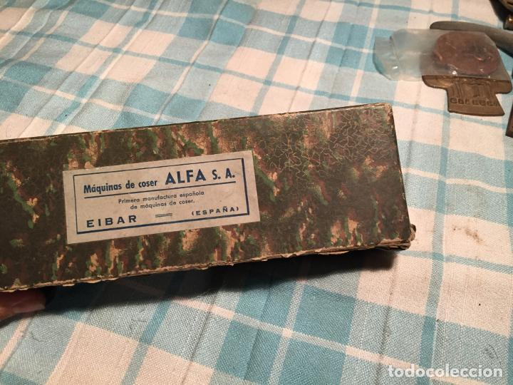 Antigüedades: Antigua caja de cartón de maquinas de coser marca Alfa S.A. Eibar años 40-50 - Foto 3 - 184048857