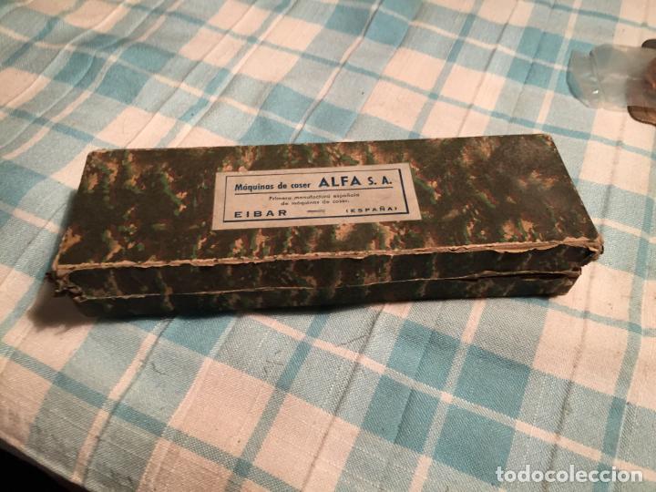 ANTIGUA CAJA DE CARTÓN DE MAQUINAS DE COSER MARCA ALFA S.A. EIBAR AÑOS 40-50 (Antigüedades - Técnicas - Máquinas de Coser Antiguas - Alfa)