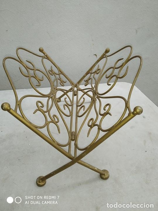 Antigüedades: clasico revistero hierro bañado en oro plegable, decorativo, casa rural, bonita pieza decorativa - Foto 2 - 184107262