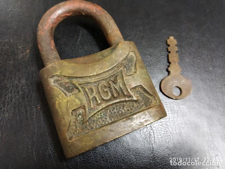 CANDADO RGM CON LLAVE. (Antigüedades - Técnicas - Cerrajería y Forja - Candados Antiguos)