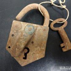 Antigüedades: GRAN CANDADO, MUY ANTIGUO GIGANTE. MEDIO KILO.. Lote 184216681
